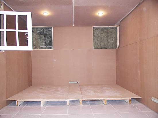 Idea hacer una sala de ensayo casera ideas4all la for Como hacer una puerta con tarimas